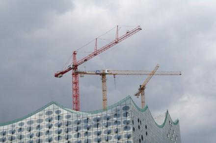 Der Himmel hängt voller Kräne, freut sich die deutsche Bauwirtschaft.