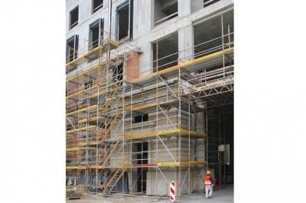 Das Foto lässt die Höhe ahnen, die die Portale erreichen. Hier: Portal I an der Seite der Breiten Straße (Südfassade).