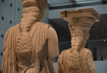 Caryatids from the Erechtheion on the Acropolis. Their hair is braided and falls in a thick rope down the back. Acropolis Museum, Athens. Photo: Carole Raddato / Wikimedia Commons