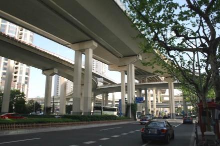 """China hat für viele Fragen andere Antworten als die Europäer: In Shanghai zum Beispiel läuft der Schnellverkehr über ein Netz von aufgeständerten Straßen. Foto von einer Kreuzung dieser """"Elevated Roads"""" unweit der U-Bahn-Station Luban Road."""