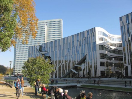 Kö-Bogen Düsseldorf: In manchen Linien auf der Fassade kann man Blätter erkennen. Foto: Andreas Schwarzkopf / Wikimedia Commons