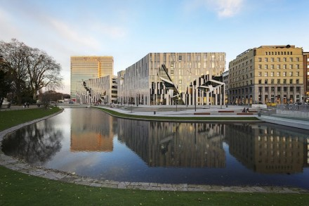 Für den Architekten galt als eine der Aufgaben, das ehemals wenig attraktive Gelände aufzuwerten. Libeskind hat das durch seine - wie üblich - ungewöhnliche Fassade erreicht. Foto: Kirscher Fotografie.