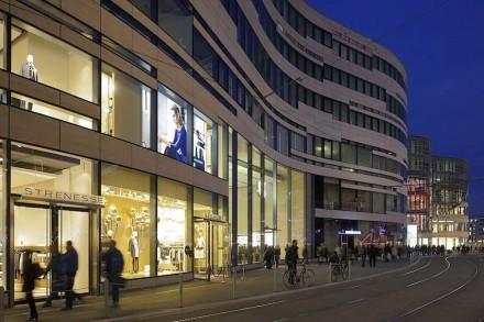 A relação com o entorno também caracteriza o outro lado do prédio: ele exibe linhas de grande movimento, que se relacionam com a frente do teatro na calçada oposta. Foto: Kirscher Fotografie.