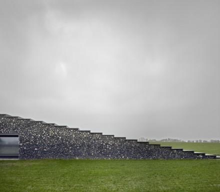Ein Merkmal: die Gebäude scheinen aus der Erde herausgewachsen zu sein, und ihre Außenhaut ist vollständig mit den überall herumliegenden Steinen verkleidet.