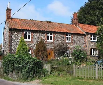 Typische Bauernhäuser in der Nähe von Norfolk mit Brick and Flint (Backstein und Feuerstein) an der Fassade. Foto: Pauline E. / Geograph