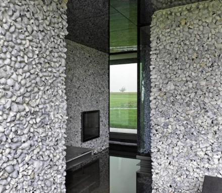 Einige der Wände tragen ursprüngliche Brocken des Feuerstein, die in Mörtel eingedrückt sind.