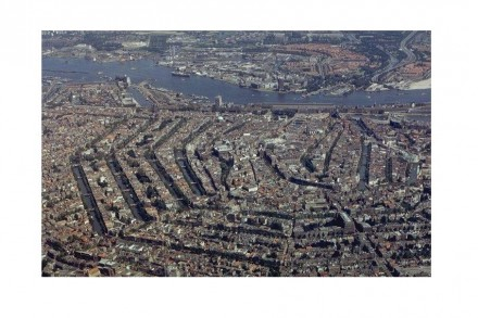 The bird's-eye view shows the city center with Rokin Plaza somewhere in its middle. Photo: Bureau Monumenten & Archeologie of Amsterdam / Wikimedia Commons