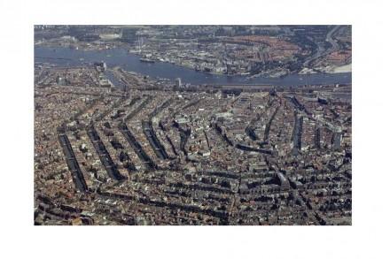 Veduta aerea del centro di Amsterdam con canali (Grachten). Foto: Bureau Monumenten & Archeologie of Amsterdam / Wikimedia Commons