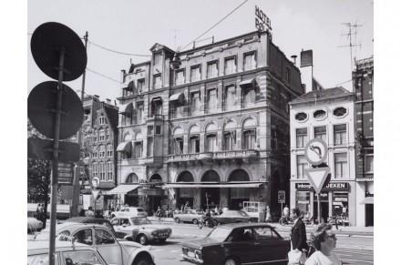 Una volta c'era al suo posto un albergo elegante e – sulla foto a fianco a destra – un edificio stretto. Un passaggio che attraversava il terreno li divideva.