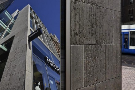 Whereas the bronze façade has a very modern appearance, the adjacent building with its classic limestone cladding has an almost antiquated appearance.