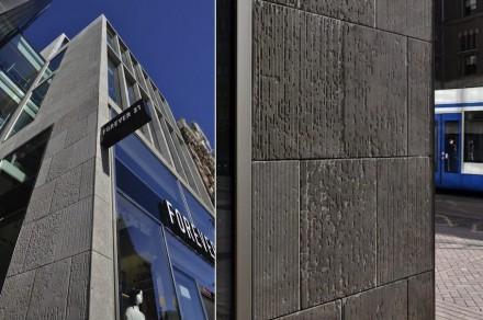 Mentre la facciata in bronzo ha un aspetto molto moderno, la parte adiacente dell' edificio con la pietra calcarea segue uno stile classico. Visto da vicino da addirittura l'impressione di antico.