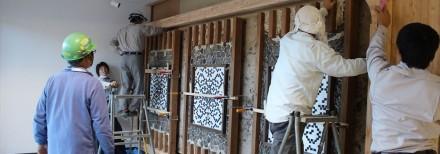 In un muro con il Flint inglese sono state inserite 3 lastre con decori in Ossisiana.