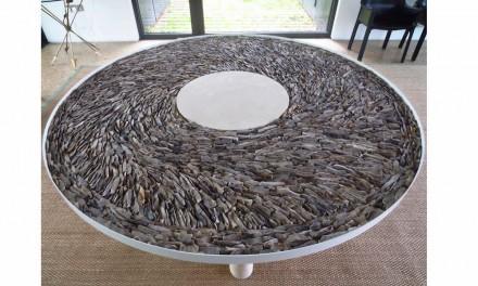 Un esempio per le idee di Smith è il piano tavolo con una superficie assemblata di schegge di Flint.