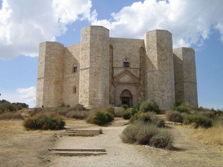 """Made in Stone: Castel del Monte in Apulia was the Model for the monastery in """"The Name of the Rose"""". Photo: Niccolò Rigacci / Wikimedia Commons"""
