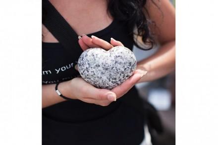 Corazón de granito del escultor Jerzy Zysk.