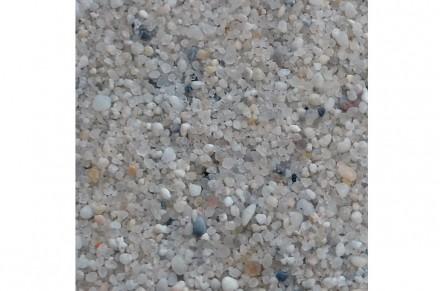 Körner eines Quarzsandes, der am Uhry-See bei Königslutter gewonnen wird. Foto: Nifoto / Wikimedia Commons