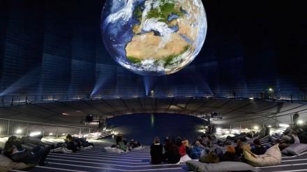 Projektoren werfen die Geschehnisse in der Atmosphäre auf das Modell mit 20m Durchmesser.