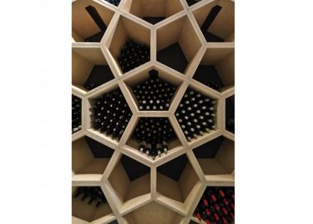 O chamado Archivo, um local onde são guardadas garrafas especialmente valiosas, recebeu uma parede inteira de pentágonos, que, ligados uns aos outros, criam padronagens bastante instigantes.