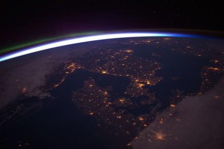 Die unterschiedliche Verteilung der Massen im Globus verformt das Gravitationsfeld der Erde. Sichtbar ist das nicht. Deshalb zeigen normale Fotos den Globus als Kugel, wie diese Nachtaufnahme von Nordeuropa. Foto: ESA