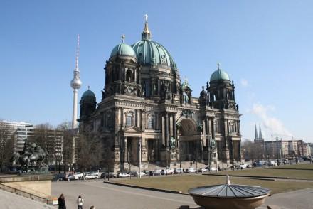 """Der Berliner Dom vom Alten Museum aus gesehen. Das Foto stammt vom Februar 2011 und dokumentiert die Richtigkeit des Ausspruchs """"Berlin ist nicht, Berlin wird immer nur"""": Inzwischen ragt von rechts die gewaltige Baustelle des Schloss-Humboldtforums ins Bild, das den Dom optisch kleiner macht."""
