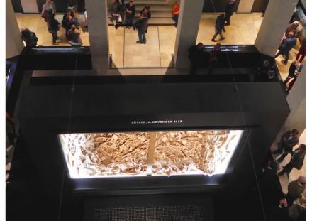 Der Erdblock mit dem Massengrab steht an zentraler Stelle der Ausstellung. Foto: Norma Literski-Henkel