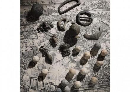 Funde vom Schlachtfeld bei Lützen (1632), auf einer zeitgenössischen Darstellung der Schlacht ausgelegt. LDA Sachsen-Anhalt / Juraj Lipták