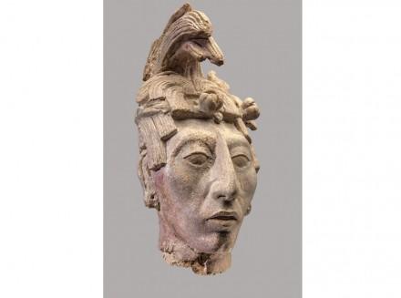 Der Göttliche Herrscher. Stuck, 600-900 n. Chr. Die Plastik zeigt fein herausgearbeitete Gesichtszüge und eine ausgeprägte Kopfverformung. Wegen des Stufenhaarschnitts an der Stirn – mit rasierter Stelle in der Mitte – und dem Haar, das wie Maisblätter von oben herabhängt, nimmt man an, dass hier Bolon Mayel, der Maisgott personifiziert wurde.