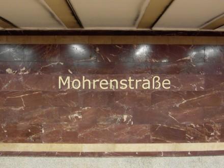 Roter Marmor aus Thüringen schmückt die Wände im Berliner U-Bahnhof Mohrenstraße. Foto: IngolfBLN / Wikimedia Commons