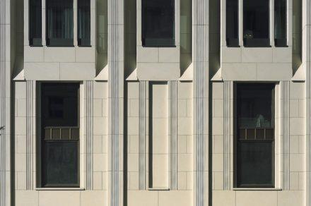 Vor- und Rücksprünge sowie Ornamente machen die Fassade am Hotel Ritz-Carlton in Berlin lebendig. Architekt: Christoph Sattler