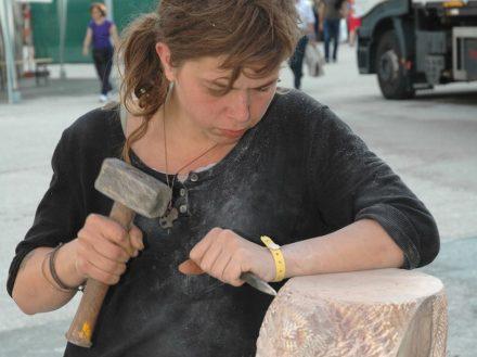 Entschlossenheit ist angesagt beim Steinfestival, denn der Stein ist hart und die Zeit im Wettbewerb knapp.