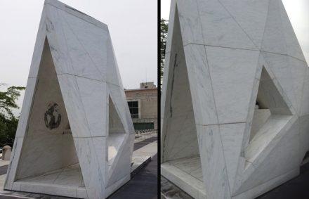 El monumento, en su conjunto, recuerda de lejos a la forma de un barco.