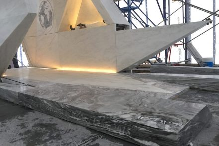 En el suelo del monumento se ha colocado mármol con vetas onduladas.