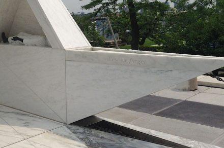 Il punto finale del percorso attraverso il monumento è una vasca di acqua bassa a forma triangolare.