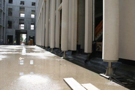 Noch ein Blick in die Passage durchs Gebäude: die Säulen, übrigens aus einem speziell entwickelten Kunststein mit Sandsteinanteil, stehen auf Stahlfüßen. Der Boden wird später aufgefüllt und angehoben.