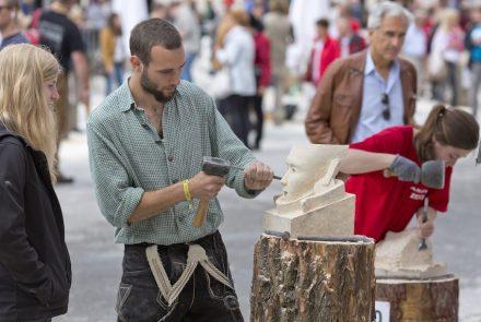 Arbeiten unter aufmerksamer Beobachtung durch die Besucher des Festivals.