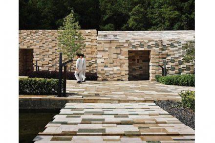 Kengo kuma: disegni pixel in pietra locale su tetti, pareti delle ...