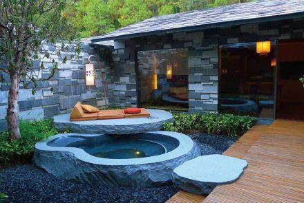 Até banheiras em rocha estão lá nos banheiros, com águas termais.