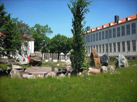 Blick in den Geologischen Garten am Institut für Geowissenschaften und Geographie der Universität in Halle. Foto: Jwaller / Wikimedia Commons