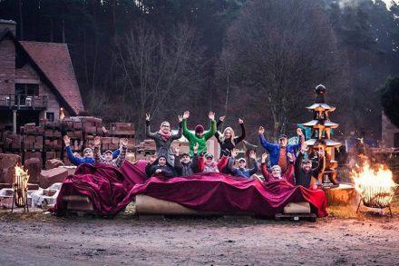 Das Team des Carl Picard Natursteinwerks bei einer Feier auf dem Firmengelände - nicht zu verwechseln mit Hobbits, die gerade aus Mittelerde gekommen sind, um nachzuschauen, was sich in der Pfalz so tut.