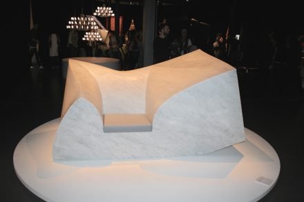 "Compression Sofa Marble (Design: <a href="" http://www.paulcocksedgestudio.com/""target=""_blank"">Paul Cocksedge</a>). Divano in 6 t di marmo Carrara con una piccola seduta di schiuma... Via Tortona"
