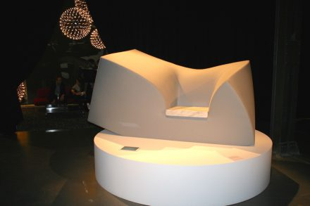 ... e ao contrário: Sofá de espuma com uma pequena superfície de assento em mármore. Via Tortona.