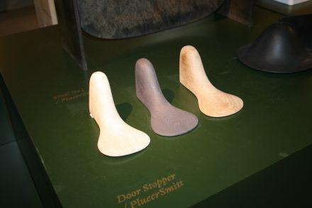 """Ungewöhnliche Form für Türstopper. <a href="""" http://plueersmitt.com/""""target=""""_blank"""">Plueer Smitt</a>. Spazio Rossana Orlandi."""