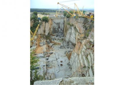 Another version has 6 km and 7 quarries.