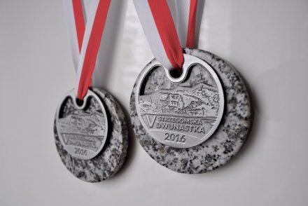 Wer das Ziel erreicht, bekommt die Granit-Medaille, die unser Foto zeigt. Sie trägt ein Motiv der Stadt.