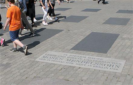 Die Schrifttafel im Boden war ursprünglich nach dem Tod Mendelssohns 1786 an der Fassade des Hauses angebracht worden.