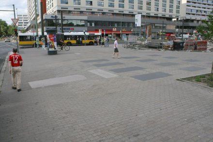 An der Kreuzung Kreuzung Spandauer Straße/Karl-Liebknecht-Straße in Berlin-Mitte befindet sich das Moses-Mendelssohn-Denkmal.