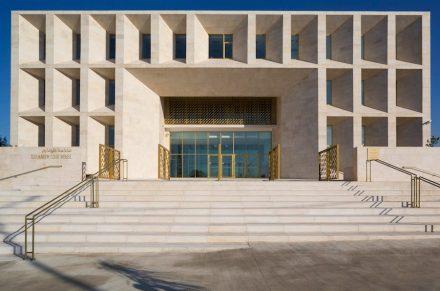 Nella parte anteriore dell' edificio, dove sono collocati gli uffici pubblici, sono state intagliate nella facciata delle aperture profonde per le finestre.