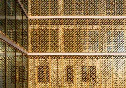 Nella parte posteriore con le stanze della corte, una griglia protegge dal sole gli uffici dietro la facciata.