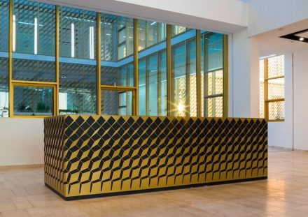 An verschiedenen Stellen haben die Architekten das Leitmotiv des Gitters variiert und durchgespielt.