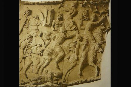 Cavaleiros rivais em armadura fogem da cavalaria romana.